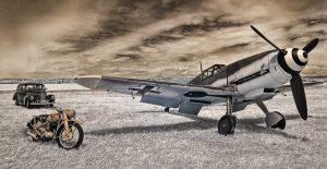 Me-109 mit Motorrad und Oldtimer